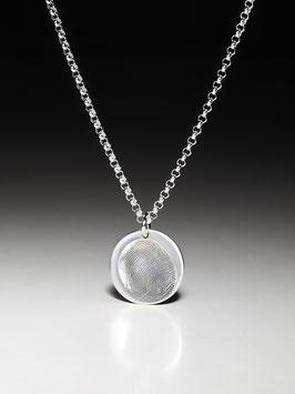 Silberkette mit einem mittelgroßen runden Fingerabdruckanhänger