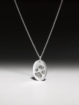 Silberkette mit ovalem Pfotenabdruckanhänger