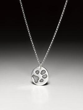 Silberkette mit einem kleinen Pfotenabdruck-Medaillon in Silber