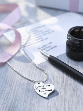 Personalisierte Kettenanhänger in geschungener Herzform mit handgeschriebenem Text