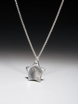 Silberkette mit einem personalisierten Sternanhänger in Feinsilber