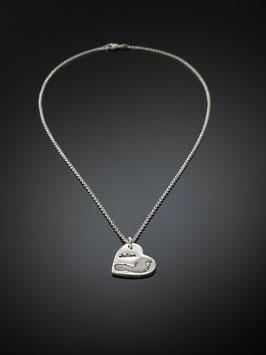 Silberkette mit einem personalisierten Kettenanhänger-Herz und Gravur in Feinsilber