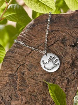 Silberkette mit einem Handabdruck-Medaillon