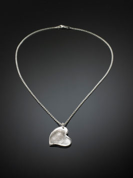 Silberkette mit einem geschwungenem Herzanhänger in Feinsilber