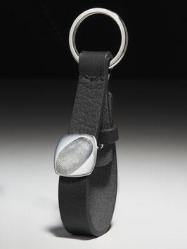 Personalisierter Lederschlüsselanhänger mit einer eckigen Platte in Feinsilber