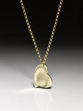 Vergoldete Silberkette mit einem vergoldeteten geschwungenem Herzanhänger in Feinsilber