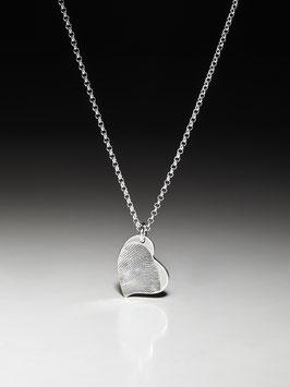 Silberkette mit einem kleinen geschwungenen Fingerprint-Herzanhänger