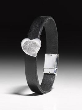 Lederarmband mit einem personalisierten Herzchen in Silber