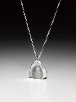 Silberkette mit einem kleinen personalisierten Herzanhänger in Feinsilber