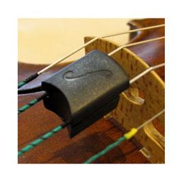 Сурдина пластиковая АРТИСТ квадратной формы с изображением скрипичного эфа.