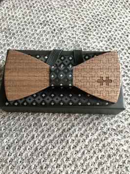 Holzfliege aus Nussbaum mit gelasertem Motiv Puzzle