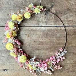 Grande couronne de fleurs séchées jaune et rose