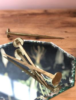 Clou en métal doré