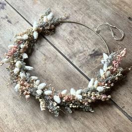 Grande couronne de fleurs séchées rose gris et blanc