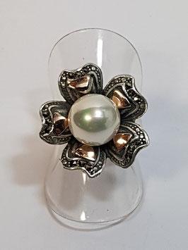 Anel em prata e ouro com formato flor e pérola