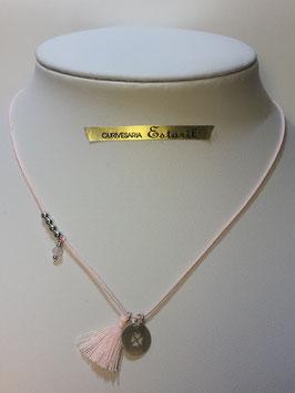 Fio prata e seda rosa com medalha trevo e aplicações