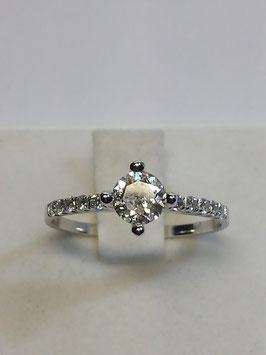 Anel ouro branco solitário com fila de diamantes laterais - JAS