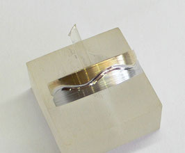 Aliança ouro escovada bicolor separação em onda 5 - 5750