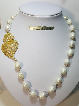 Colar de pérolas com coração de filigrana lateral em prata dourada - AN
