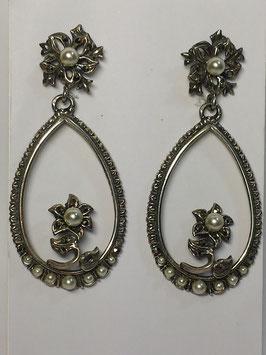 Brincos prata com forma lágrima com flor, marcassitas e pérolas