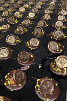 """Kleine """"Maracaibo Jeton`s"""" 65% Edel Bitterschokolade karamelisierten & gerösteten Haselnuss und Pistazien (8 g x 8 Stk.)"""