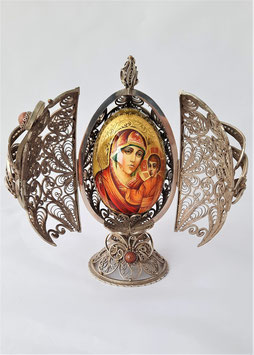 Holzei mit Gottes Mutter in einem Messing-                 gehäuse
