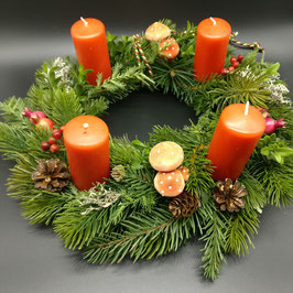 Handgebundener Adventskranz, mit Pilzen in orange