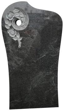 Grabmal mit handwerklich eingearbeiteter Rosenverzierung