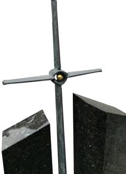 Grabmal mit herausragendem Kreuz