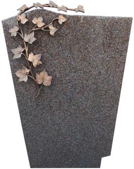 Grabmal mit gewellter Oberkante und Efeu Ornament aus Bronze
