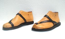 Zehenschlaufe mit schmalen Lederband