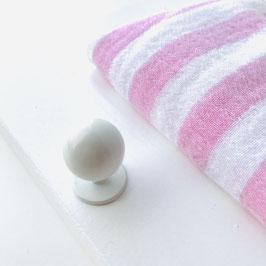 Garderobe MUSSELIN auf weißem Brett, STREIFEN ROSA