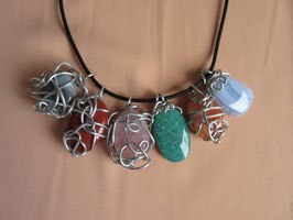 Aluanhänger mit diversen Steinen und Kautschukband
