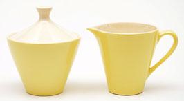 Suikerpotje en melkkannetje lichtgeel van het mokkaservies Carmen model Charmant van Petrus Regout