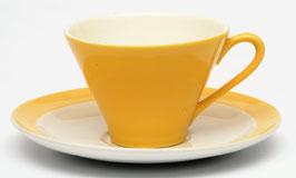 Kop en schotel Enny donker geel met DV op het oortje van Societe Ceramique