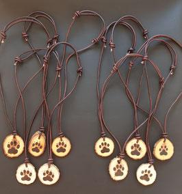 Lederhalskette oder Schlüsselanhänger mit Holzanhänger im Pfötchen-Design