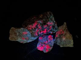 Dieprood fluorescerende Robijn in matrix van Gneiss met Oligoclase uit Froland / Aust-Agder / Noorwegen * LW++
