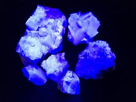 Intens blauw fluorescerende Fluoriet (Fluorite), vindplaats Madagaskar * LW ++++