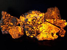 Diverse stukken groene Sodaliet (Sodalite), var. Hackmanite uit Groenland * LW++++