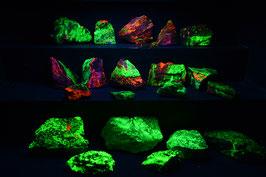 Diverse stukken Willemiet/Calciet (Willemite/Calcite) uit Garpenbergmijn/Zweden * SW+++, LW+