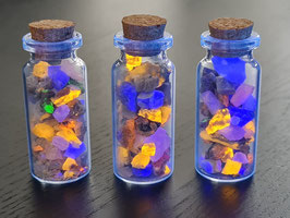 Glazen flesje 5x2cm met fluorescerende mineralen