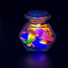 Decoratieve glazen sierpotje met fluorescerende mineralen