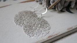 Janogi Ohrhänger Blumenronedelle Silber matt