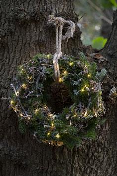 kerstkrans naturel met takken en ledverlichting.