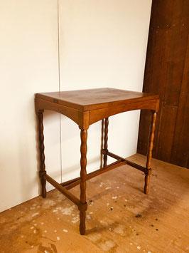 ナラ材のサイドテーブル