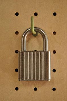 しぶい!シルバーのレトロな南京錠