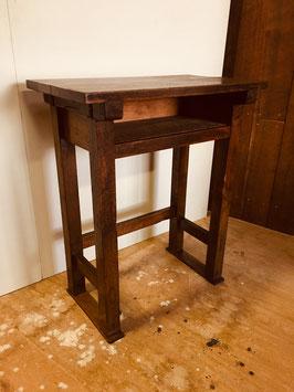 木製の小学校の机