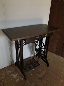 ミシン脚のテーブル(TRUST)