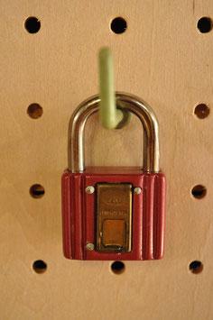 鍵穴隠しプレート付き!レトロな南京錠(30㍉・エンジB)