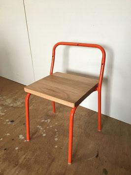 フレームをオレンジ色にリペイント!(古い幼稚園の椅子をリメイクしました)